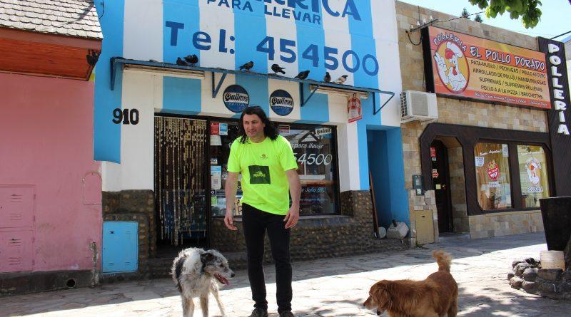 Comerciante de Esquel alimenta animales sin hogar