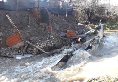 Arroyo Esquel: Cayó muro de contención