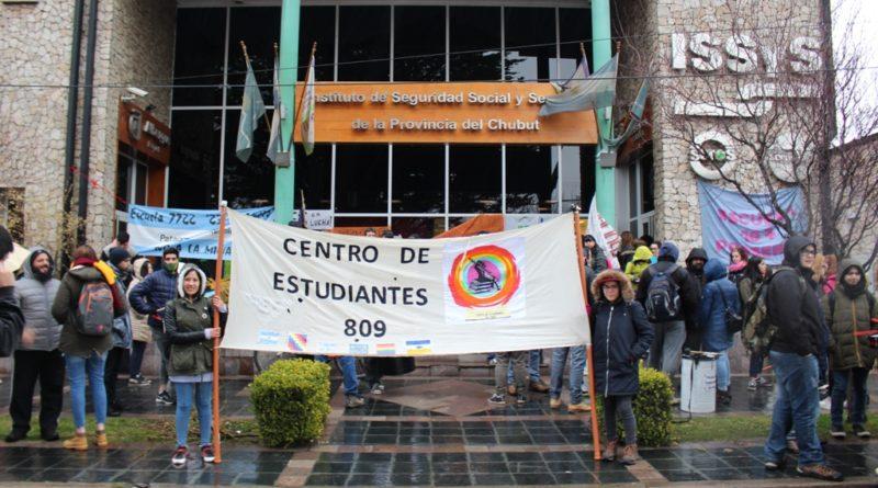 La lluvia no impidió que los estudiantes marchen en defensa de la educación